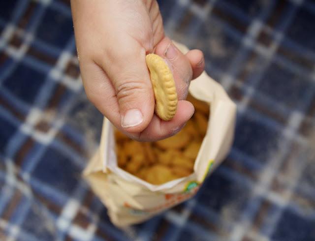 So macht Lernen Spaß: Ein Picknick mit Zahlenkeksen am Strand. Auch die Kräcker in den Varianten Tomate oder Karotte schmecken gut!