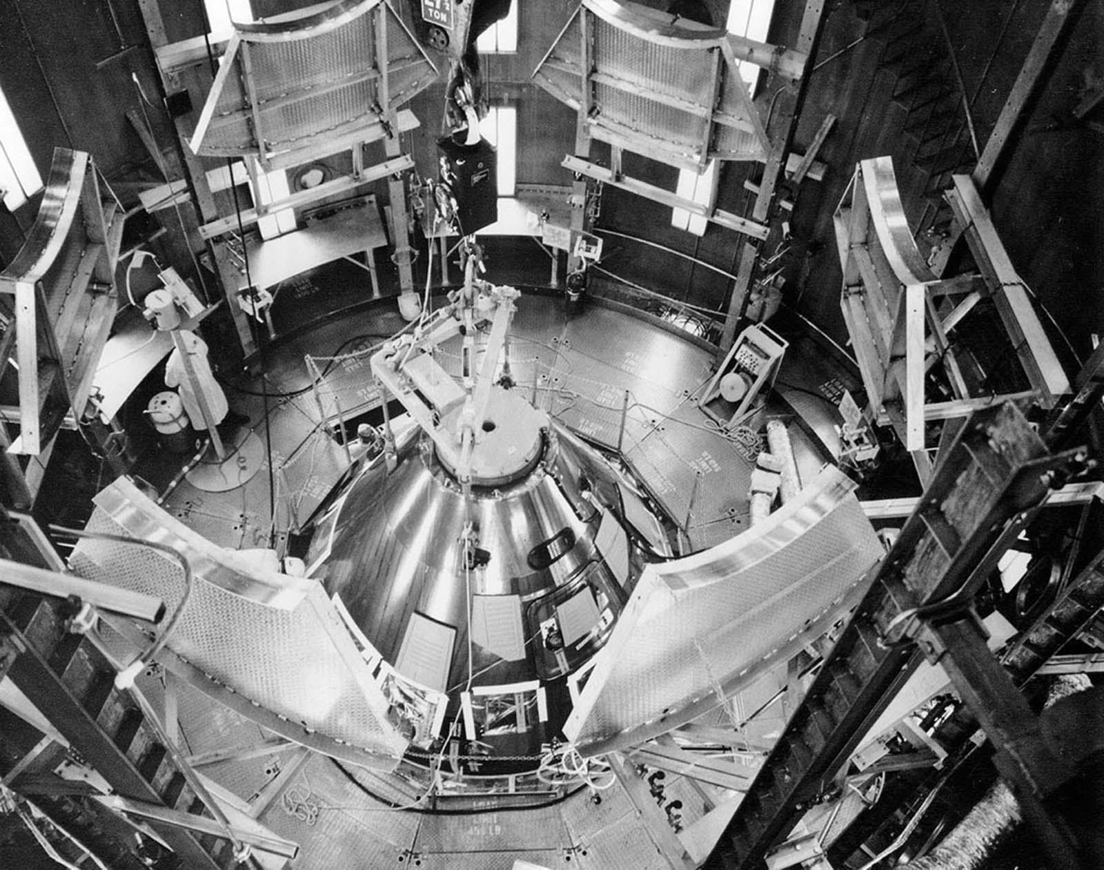 Os módulos de comando e serviço da Apollo 11 estão instalados na câmara de altitude do Edifício de Operações da Nave Espacial do Kennedy Space Center.