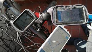 Fahrradcomputer und Smartphone in Vergleich