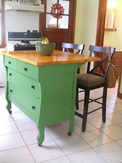 Cômoda com tampo em madeira usada como armário e mesa na cozinha