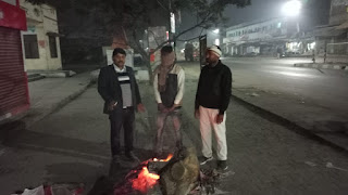 अधिशासी अधिकारी ने देर रात देखी अलाव व्यवस्था, रैन बसेरा का भी जाना हाल  | #NayaSaberaNetwork