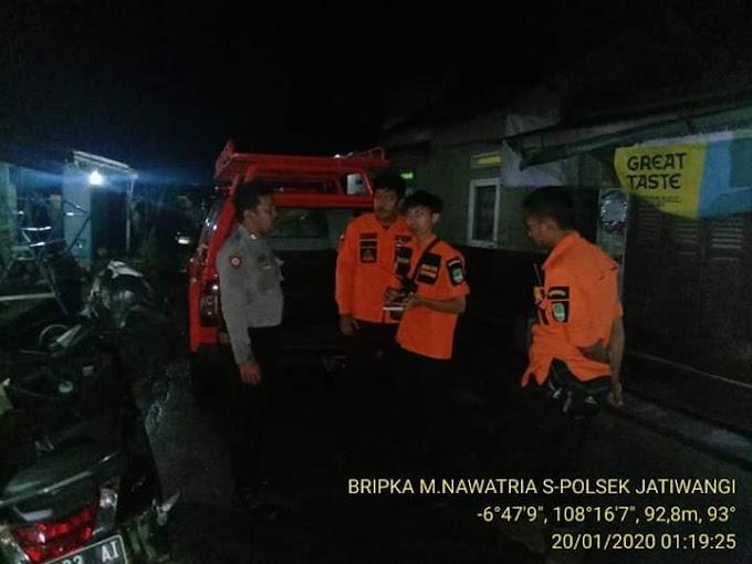 Banjir Di Sukaraja Kulon  Bhabinkamtibmas Polsek Jatiwangi Bersama Tim BPBD Majalengka Cek Saluran Air Yang Tersumbat Sampah