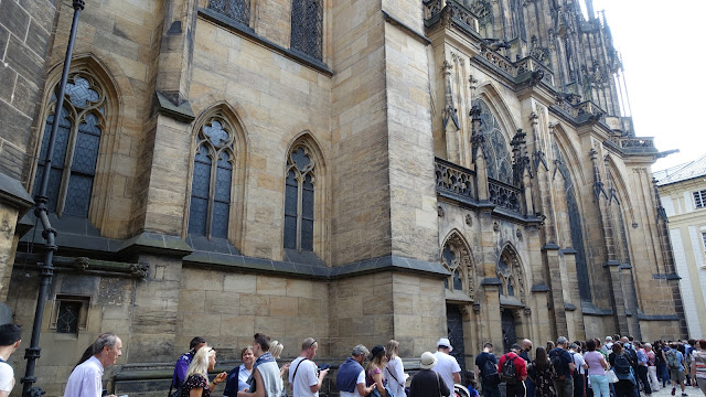 教堂側面排隊的人潮,大家都挺有耐心的,也不煩躁