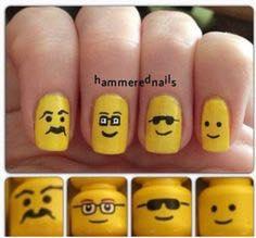 Exemplo de unhas com motivo LEGO