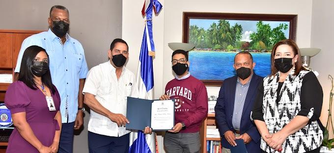 Cónsul y el INDEX reconocen  becario dominicano de la Universidad de Harvard por excelencia y méritos académicos