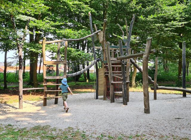 Drei geniale Rast- und Spielplätze auf der Fahrt in den Dänemark-Urlaub nahe der Autobahnen E45 und E20. Der Spielplatz im Troldepark Vejen bietet Bewegung für kleine und große Kinder und schöne, alte Bäume, die wohltuenden Schatten spenden.