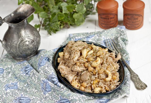 Kurczak z ryżem, ciecierzycą i orzechami nerkowca