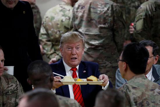 بالصور.. ترامب يزور القاعدة العسكرية الأمريكية في افغانستان في عيد الشكر