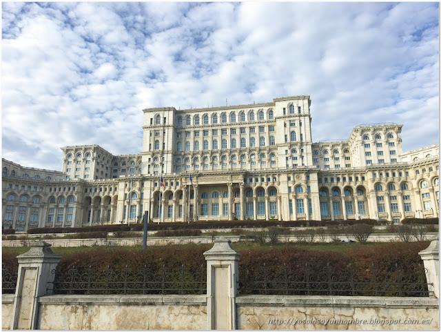 Palacio del Parlamento, es tan grande que no entra entero en la foto