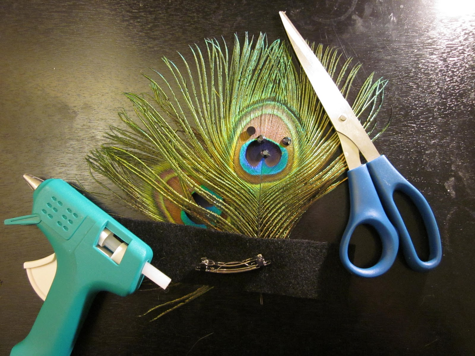 mindafeathers how to make a peacock feather barrette. Black Bedroom Furniture Sets. Home Design Ideas