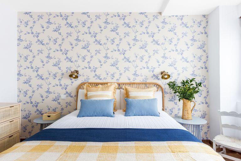 Dormitorio rústico  con papel pintado floral
