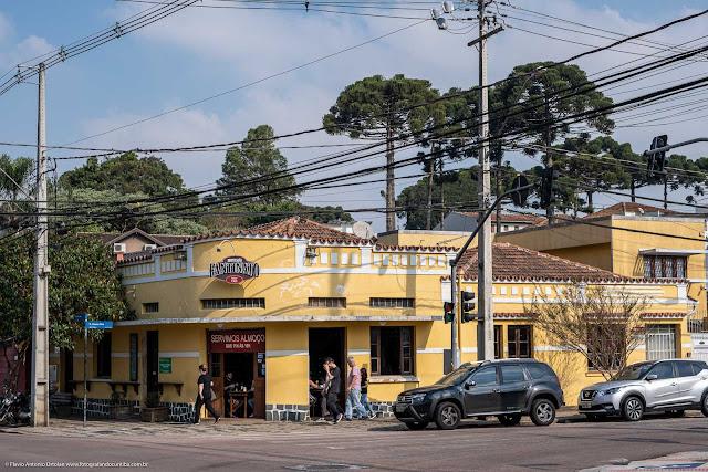 Casa na Rua Mateus Leme, esquina com a Rua Albano Reis.