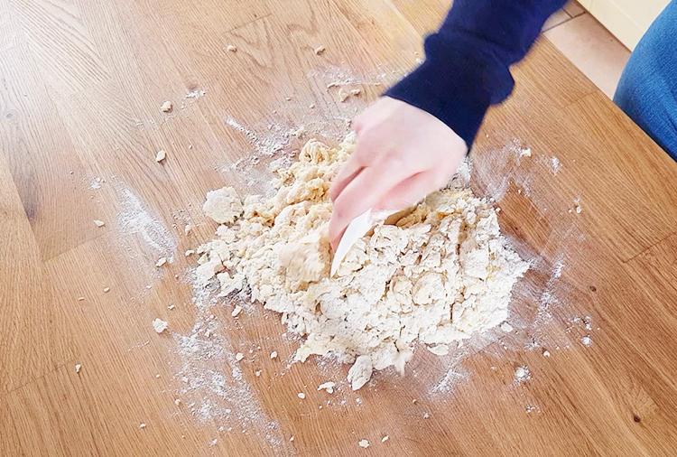 Mélanger le tout avec la farine