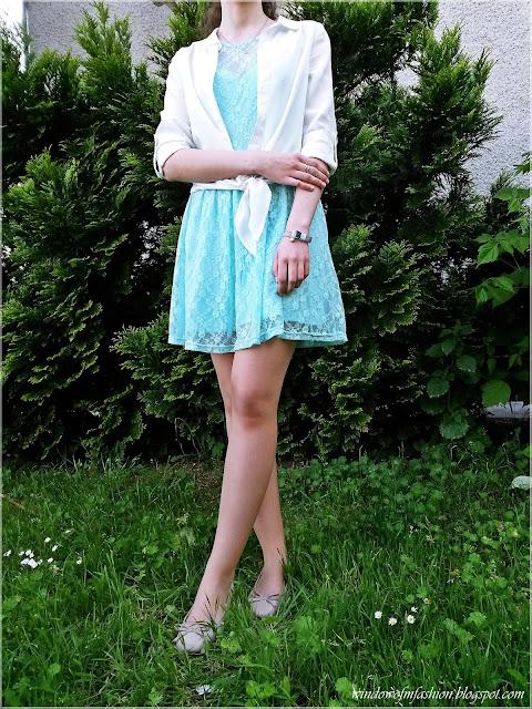 Miętowa koronkowa sukienka, biała wiązana koszula, baleriny, bransoletka z kokardką