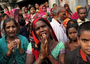 Muere la joven que fue quemada viva por sus violadores cuando iba a testificar en la India.