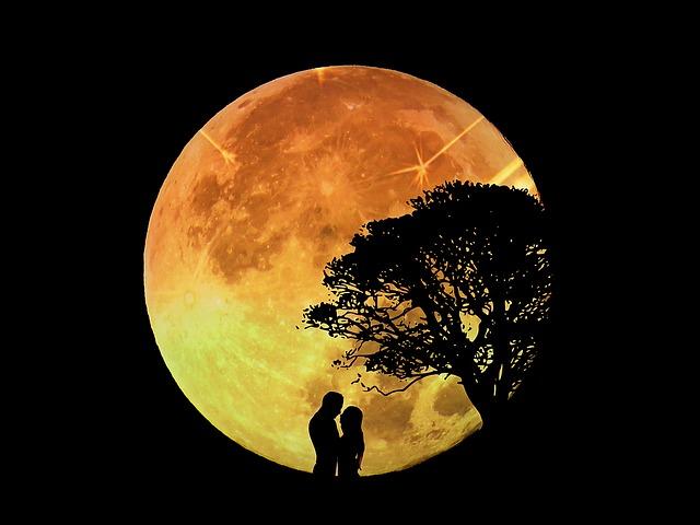 Simpatia Para Ter Sorte No Amor - Casal Namorando Sobe a Lua Cheia