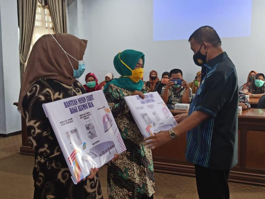 H Marjani Sultan Serahkan Bantuan Kepada Tujuh Kelompok Alumni BLK Kepulauan Selayar