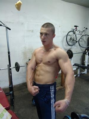 najzgodniji-srpski-bodibilderi-misicavog-tela-bez-majice-velikih-ruku