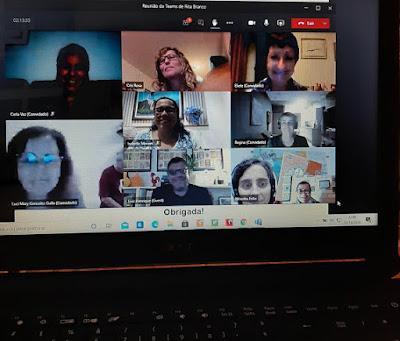 Pessoas assistindo um tour virtual sobre o POrto
