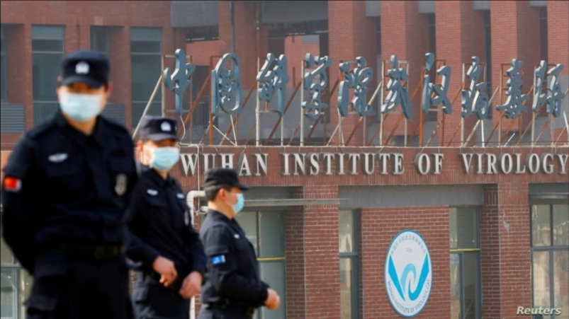 El personal de seguridad vigila fuera del Instituto de Virología de Wuhan durante la visita del equipo de la Organización Mundial de la Salud (OMS) encargado de investigar el origen de la enfermedad por coronavirus, en Wuhan, provincia de Hubei / REUTERS
