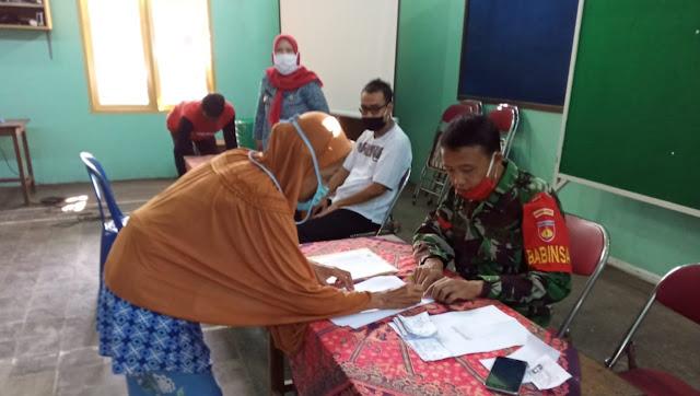 Babinsa  Turut Pendampingan Pembagian Paket Sembako di Kecamatan Purbalingga