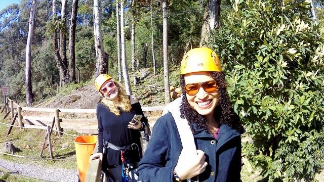 Eu e Denise do blog Chicas Lokas na Tirolesa do Alpen Park, o Parque de Diversões em Canela, na Serra Gaúcha