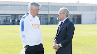 El presidente Florentino Pérez con el equipo y el cuerpo técnico madridista