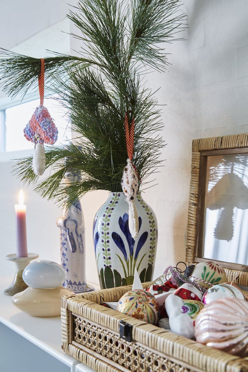 Decoración navideña con adornos reciclados
