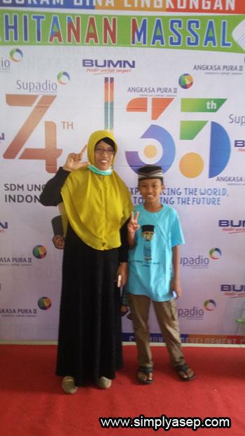 IKUT KHITANAN : Ini putra saya, Abbie (12 tahun) siswa SD Islam Khulafaur Rasyidin Kubu Raya ini juga ikut acara khitnan massal.  Abbie datang didampingi oleh ibundanya  Foto Asep Haryono