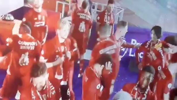 (Video) Henderson menunjukkan tindakan berkelas dengan memastikan Minamino yang pemalu bergabung dengan perayaan juara LFC