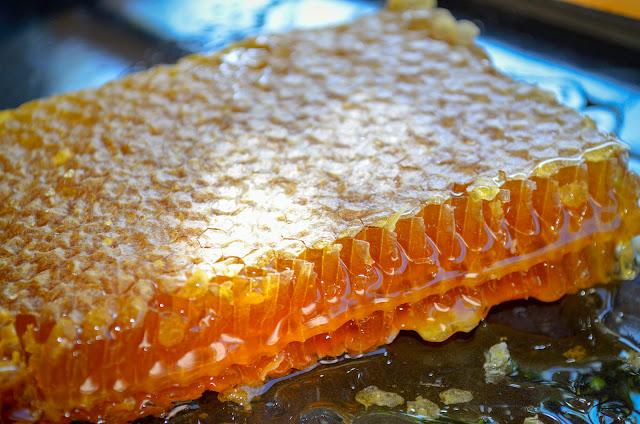 Мед во саќе