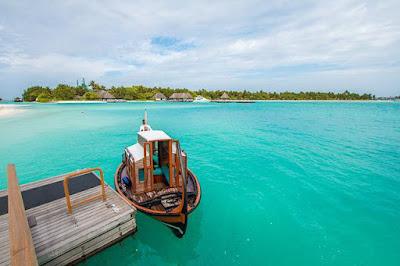 in barca alle Maldive
