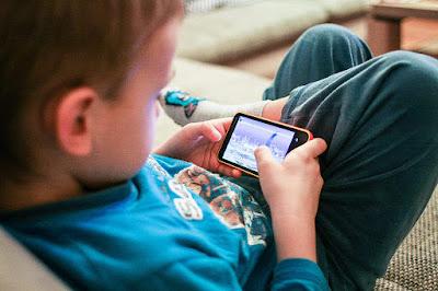kids-using-mobile