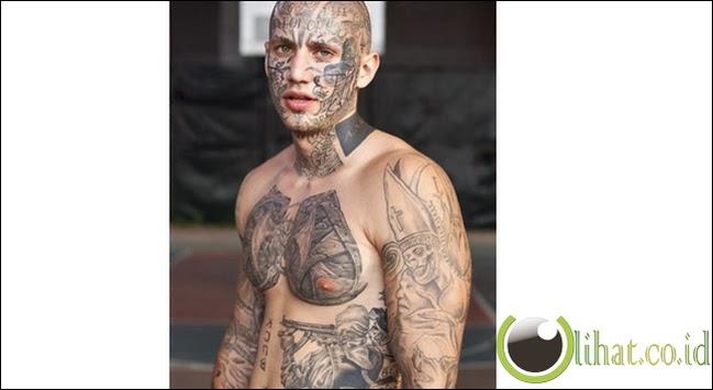 Saking sukanya dengan tato, wajahpun ikut di tato!