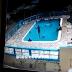 hombre lanzó joven a piscina y luego se le colocó encima hasta ahogarla