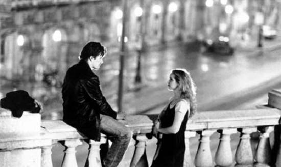 fotograma con vistas exteriores de la película Buscando beso a medianoche