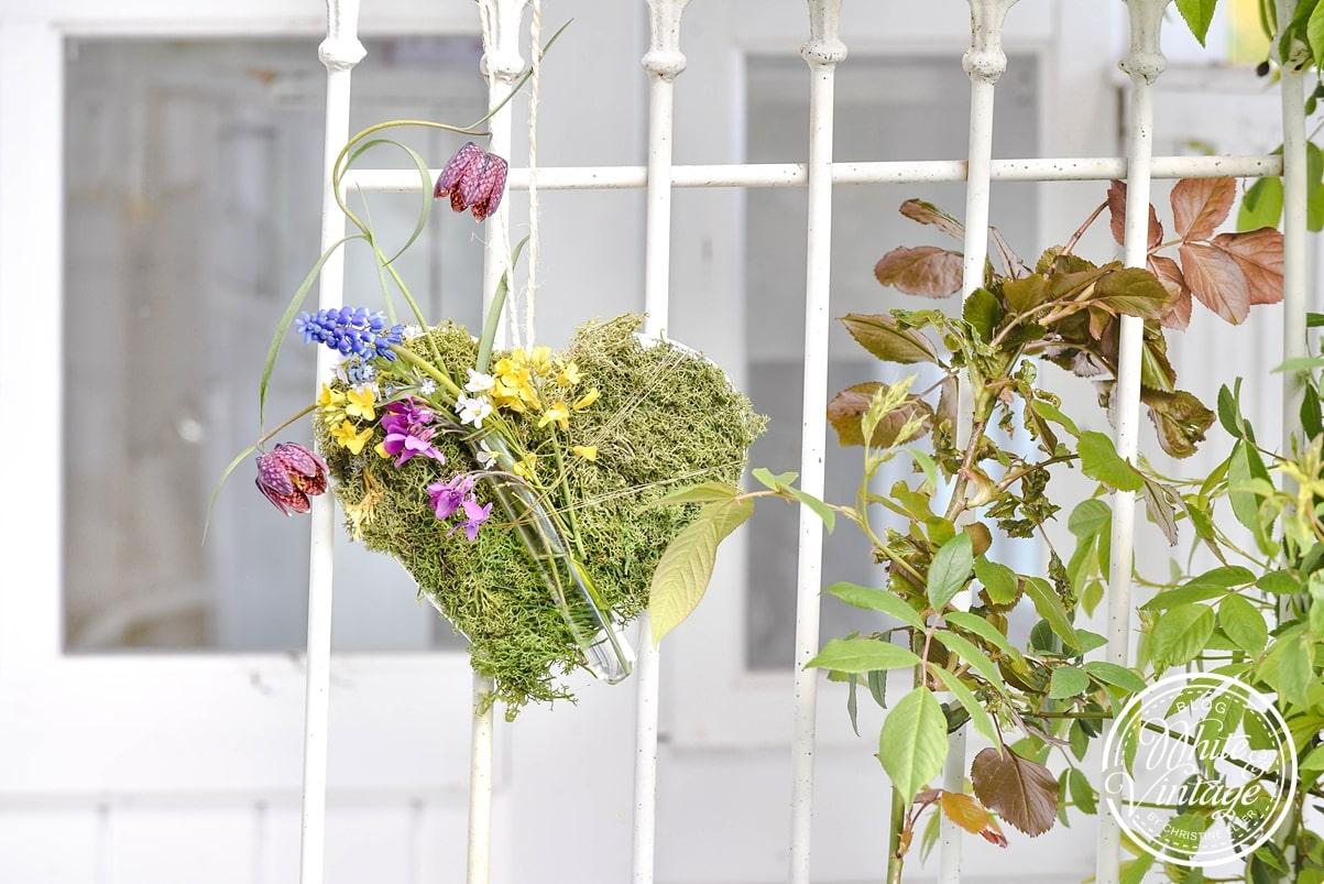 Frühlingsdeko - Moosherz mit Blumen basteln
