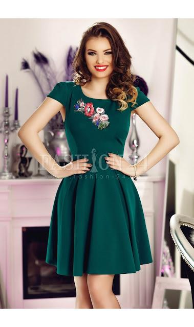 rochie eleganta de seara cu fusta in clos si insertii florale