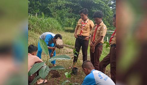 Siswa SMPN 1 Ranuyoso melakukan penghijauan