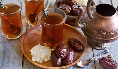 Kurma dan segelas teh hangat