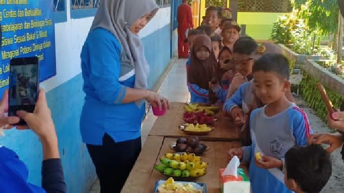 sdn-225-polewali-terapkan-makan-buah-dan-sayur-di-sekolah