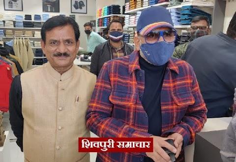 शिवपुरी में Mufti और Dcot-DONER के अधिकृत शोरूम पर शॉपिंग करने पहुंचे अभिनेता अन्नू कपूर