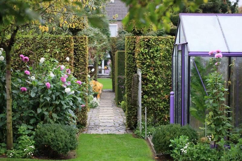 Un jardín alargado muy bien resuelto. Fancrever Höfke en los Países Bajos