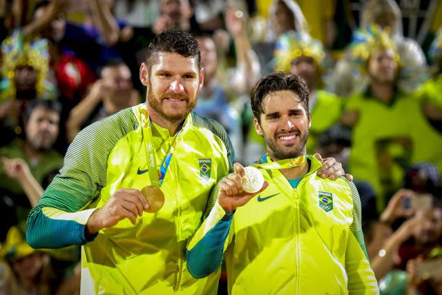 Alison e Bruno Schmidt com a medalha de ouro no pódio do vôlei de praia da Rio 2016