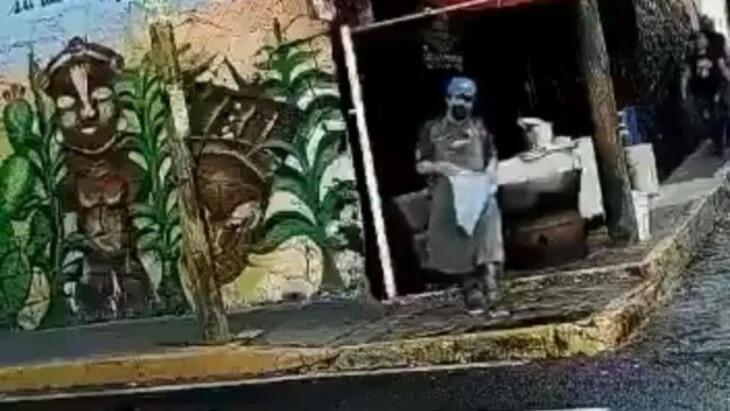 Taquero limpia su trapo en un charco de agua sucia