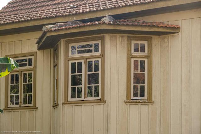 Detalhe de bay-window em casa de madeira