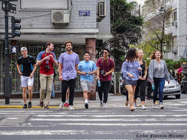 Grupo de Chicas y chicos cruzando la Avda.Santa Fe.