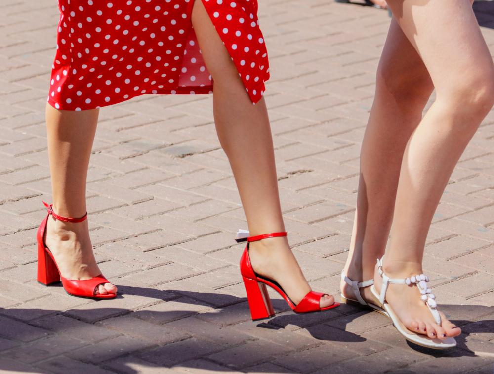 Sandały damskie na lato – przegląd najmodniejszych modeli sezonu