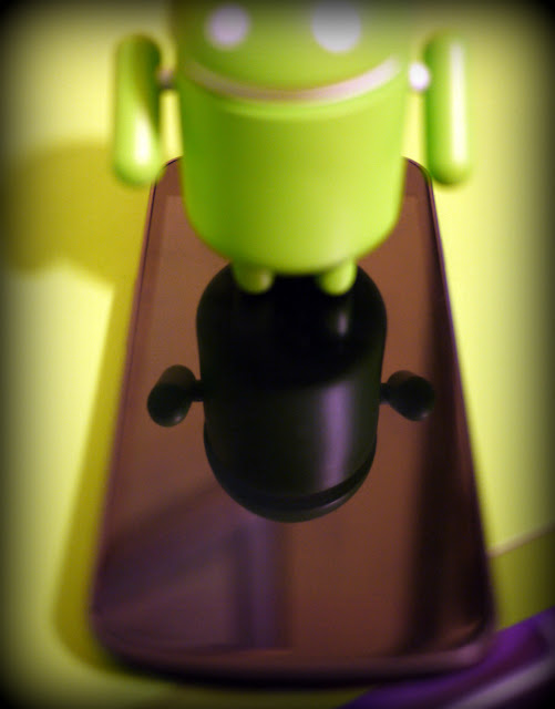 Robot Android di plastica riflesso sul display del Samsung Galaxy Nexus
