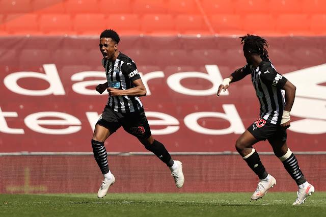 Newcastle players Joe Willock and Allan Saint-Maximin celebrating goal against Liverpool